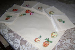 Individuales con juego de servilletas con diseños de frutas