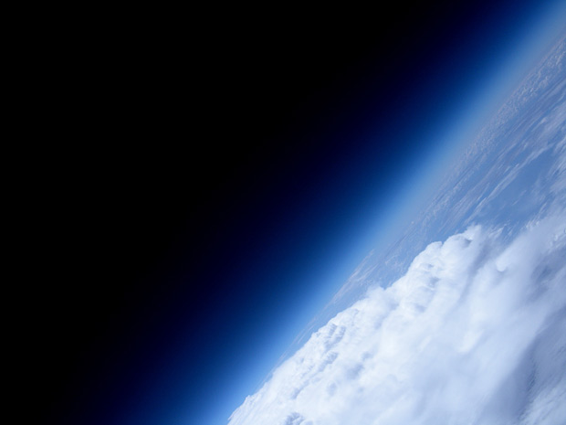 Amazing Photo of the Earth's horizon and the blackness of space taken from a homemade balloon