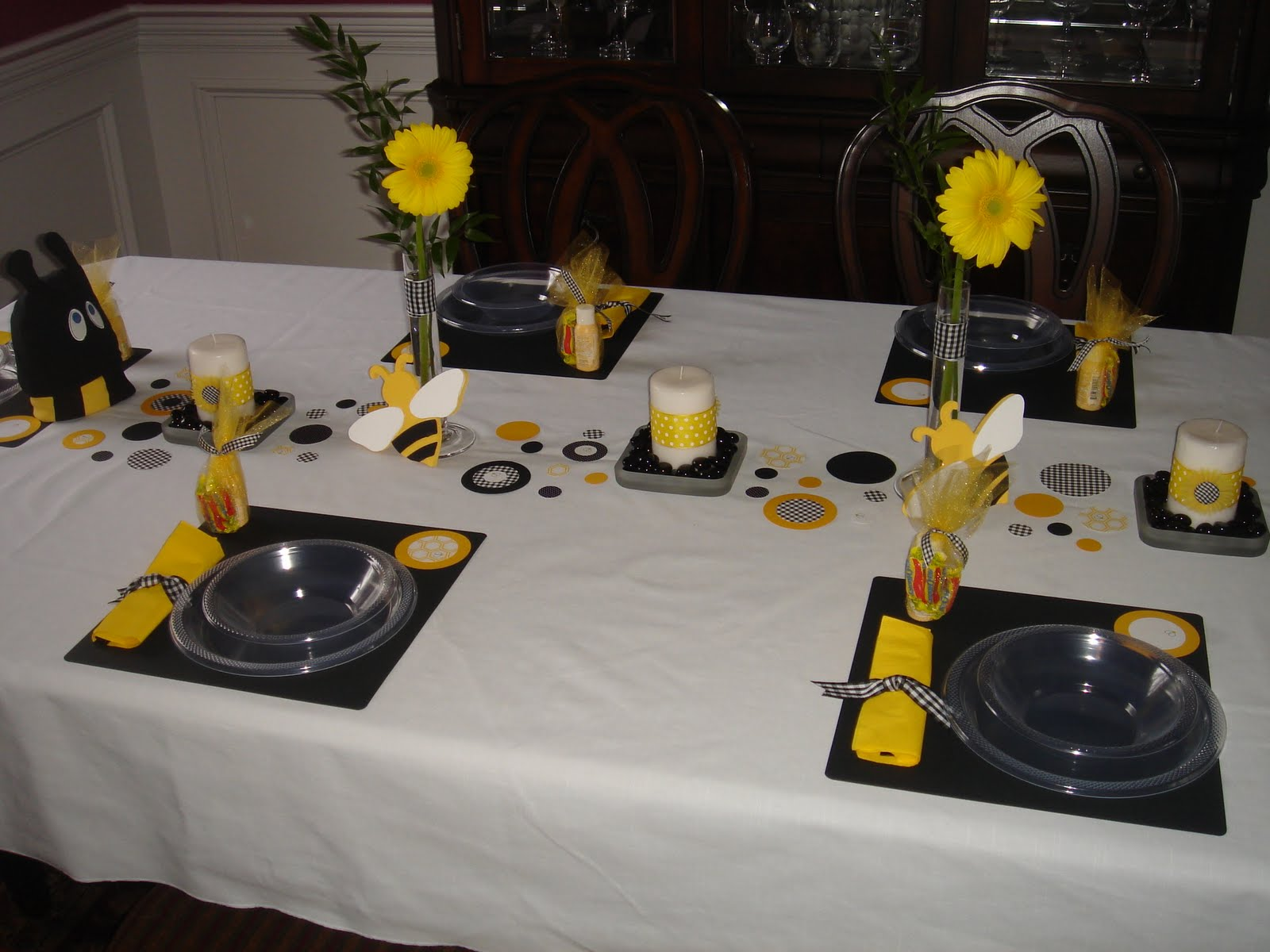 Ashley 39 s modern ideas what will it bee baby shower for 007 table decorations