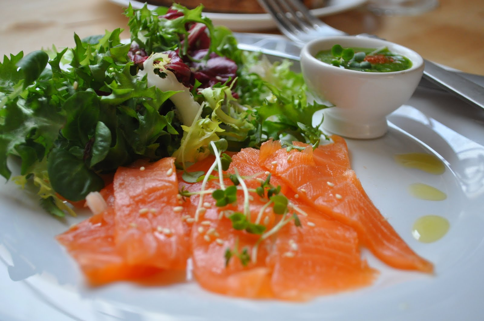 Apron's Delight: Smoked Salmon Salad with Parsley Vinaigrette Dressing