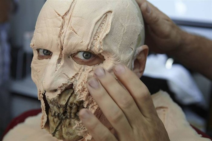 The Walking Dead [ Todo sobre la serie ] In_The_Walking_Dead_Dressing_Room_insanetwist_1