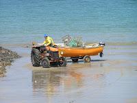 Un pêcheur met son bateau à l'eau