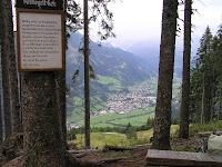 L'arrivée à Bad Hofgastein. Voici le banc offert par Sepp, le poête régional chantant la vue sur l'Ankogel...