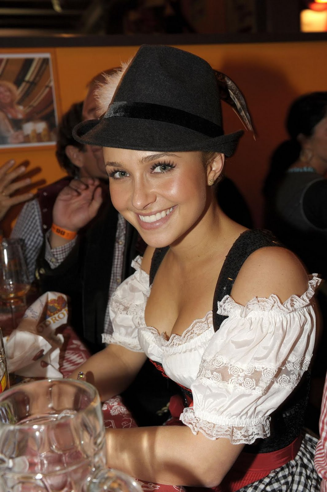 http://1.bp.blogspot.com/_otYSffaXp0Q/TKIrlL0IKmI/AAAAAAAAVPc/lI71BLfUoVA/s1600/hayden_panettiere_oktoberfest_munich_sept_25_2010_eDFq.JPG