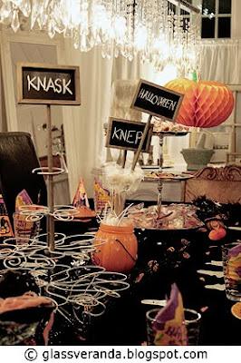 Festbordet er dekket og NÅ er vi klare til Halloween!