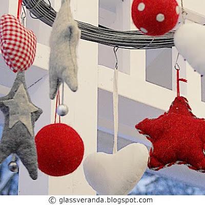 En julekrans utendørs laget av hesjestreng og juletrepynt av ullfilt