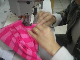forma correta de segurar tecido na hora de trabalhar na galoneira