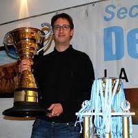 Felgaer con el trofeo del Magistral de Ajedrez del Bicentenario
