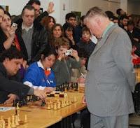 Anatoly Karpov dando unas simultáneas de ajedrez en el festival del   C.A.V. Martelli