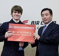 Carlsen con el cheque de campeón del supertorneo de ajedrez de Pearl Spring 2010 (Nankín - China)