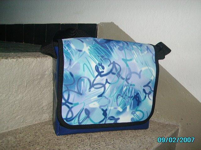 schön blau mit Grafitti