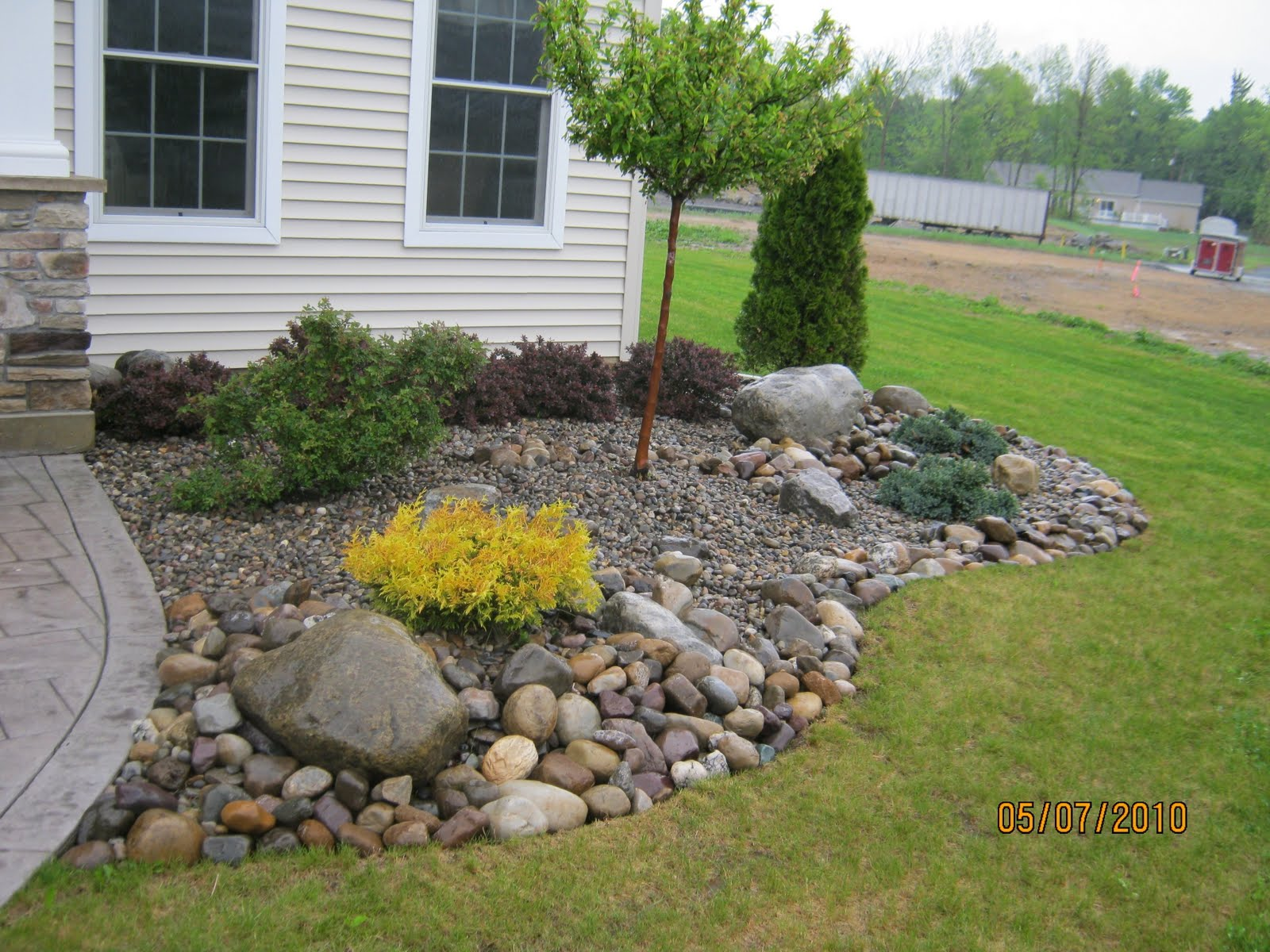 Rock beds 28 images 1000 images about dry creek bed on for Installing river rock landscaping