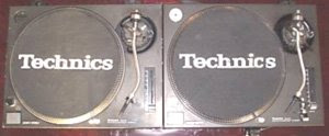 PAIR OF TECHNICS 1210s
