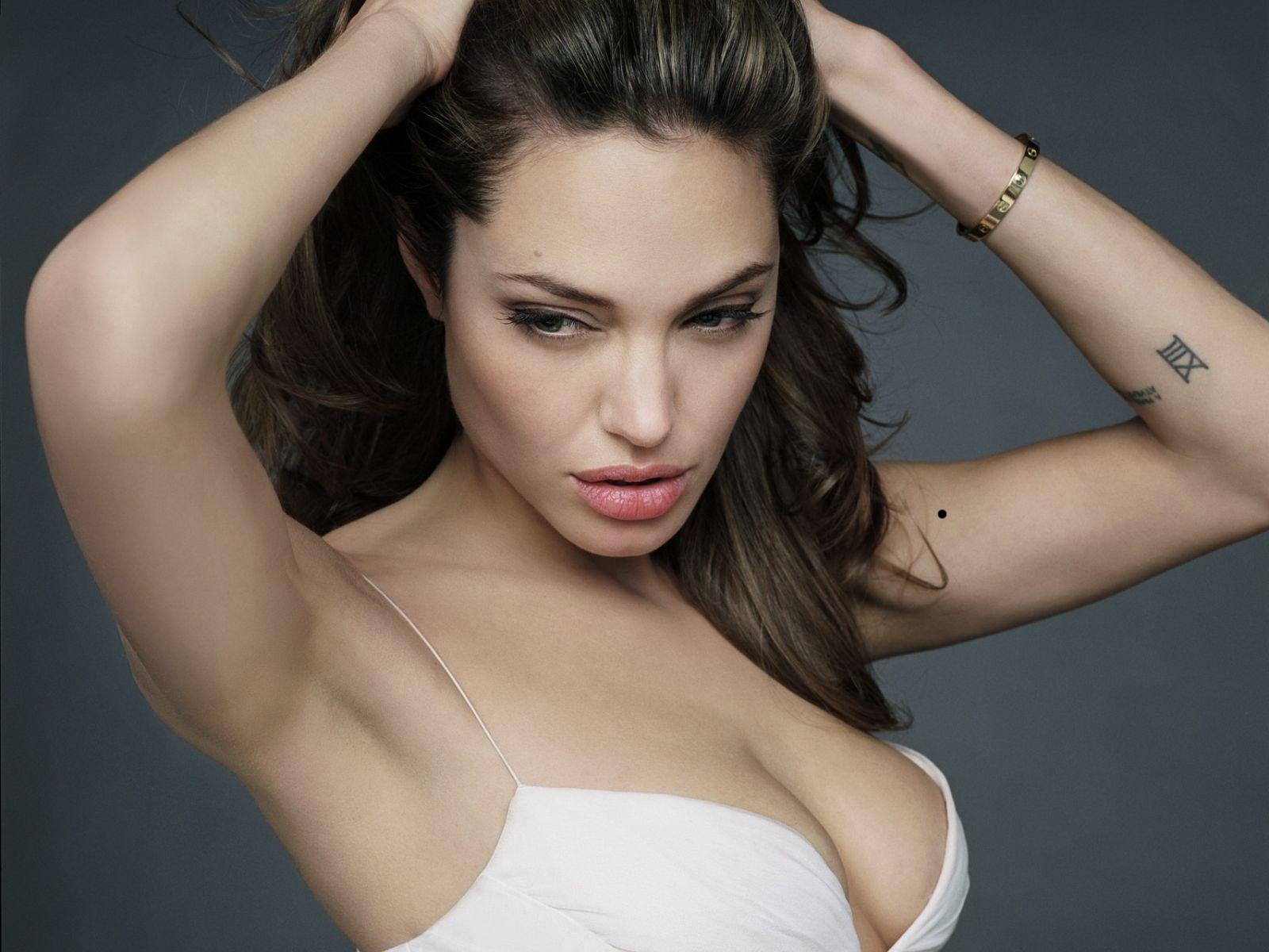 http://1.bp.blogspot.com/_p2EstT5Z5BU/THtqPgNB6hI/AAAAAAAAAso/fDG2pKb1-e4/s1600/Angelina+Jolie+Wallpapers+5.jpg