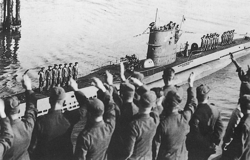 photos de sous-marin et de leur équipage 7+gunther+Prien+%26+U-47+amid+cheering+crowds,+after+returning+from+Scap