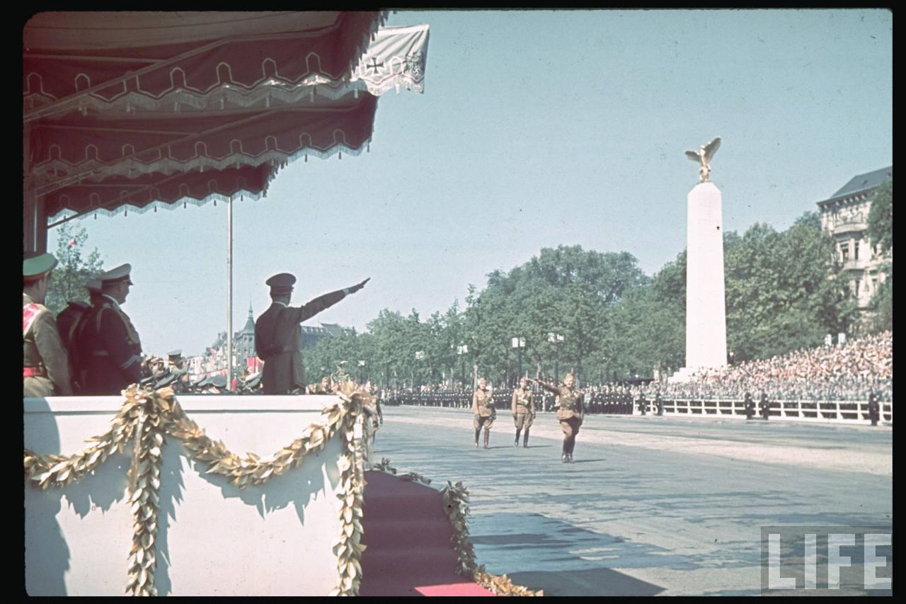 la légion condor et aviation italienne On+return+from+Spain,+Legion+Condor+parades+before+Hitler