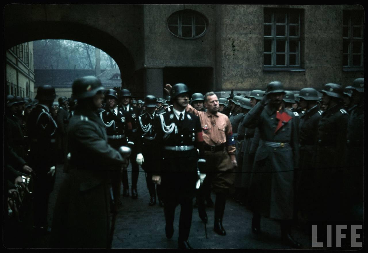 photos de hugo jaeger (photographe de Adolf Hitler ) March+through+Munich+in+remembrance+of+the+Putsch