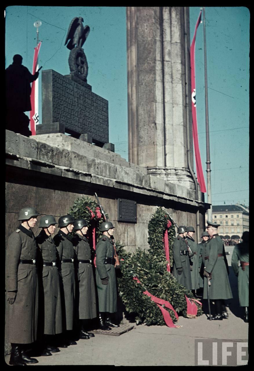 photos de hugo jaeger (photographe de Adolf Hitler ) Munich+Germany+November+9,+1938+during+the+remembrance+of+the+Putsch15