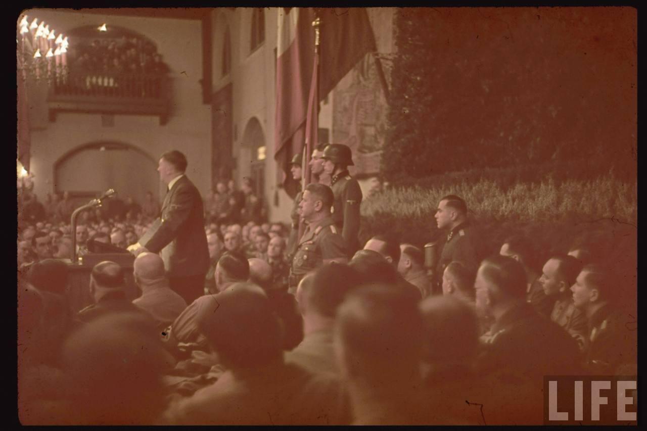 photos de hugo jaeger (photographe de Adolf Hitler ) Munich+Germany+November+9,+1938+during+the+remembrance+of+the+Putsch18