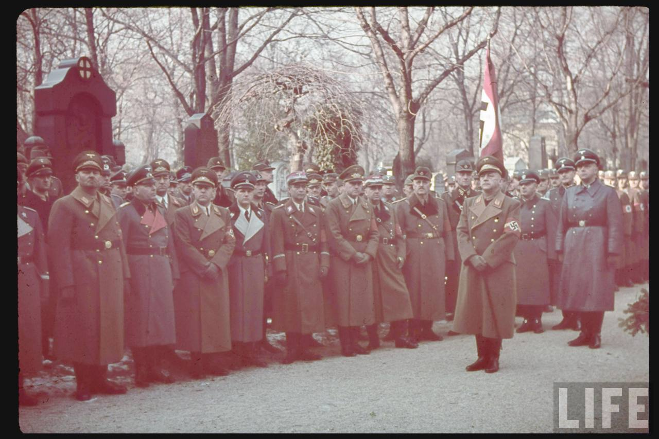 photos de hugo jaeger (photographe de Adolf Hitler ) Munich+Germany+November+9,+1938+during+the+remembrance+of+the+Putsch29