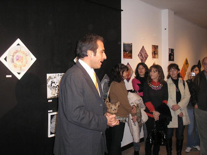 Dr. Oscar Martinez muy cálidamente agradeciendo al público