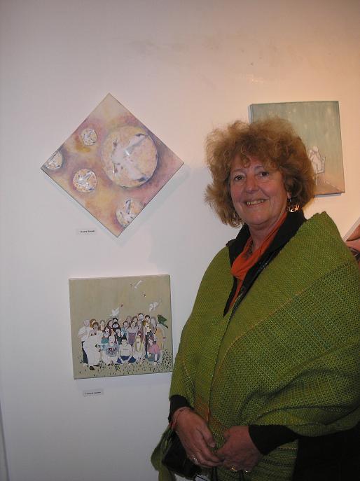 Susana Stamatti junto a su obra (arriba)
