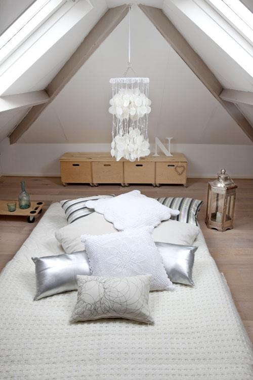Inspiraci n una cama en el suelo somosdeco blog de - Camas en el piso decoracion ...