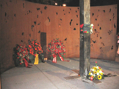 Bugün ise sadece faşist caniler tarafından katledilen insanları hemen şenliğin ana girişinde sağda dikilen siyah bir anıt ve üzerinde oyulan isimleri onları bizi hatırlatıyor/26 Eylül 2009
