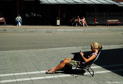 tjej solstol staden stan asfalt busshållplats foto anders n