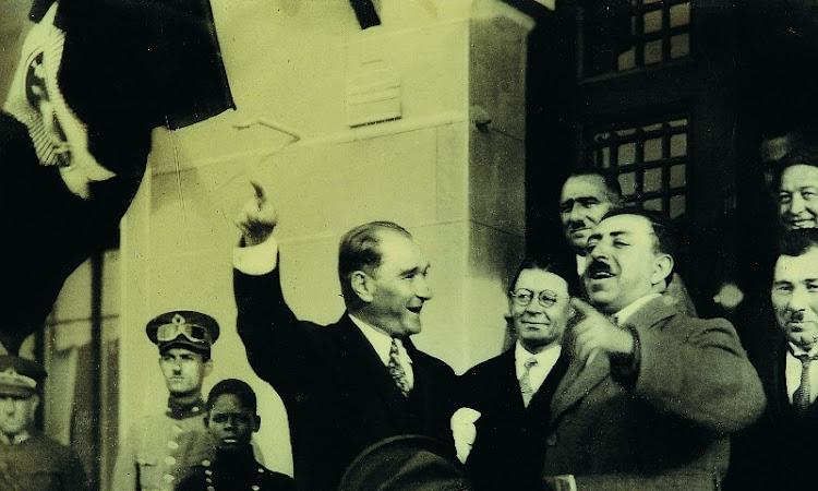 Atatürk ile gülen Türkiye