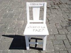 las 46 sillas blancas...