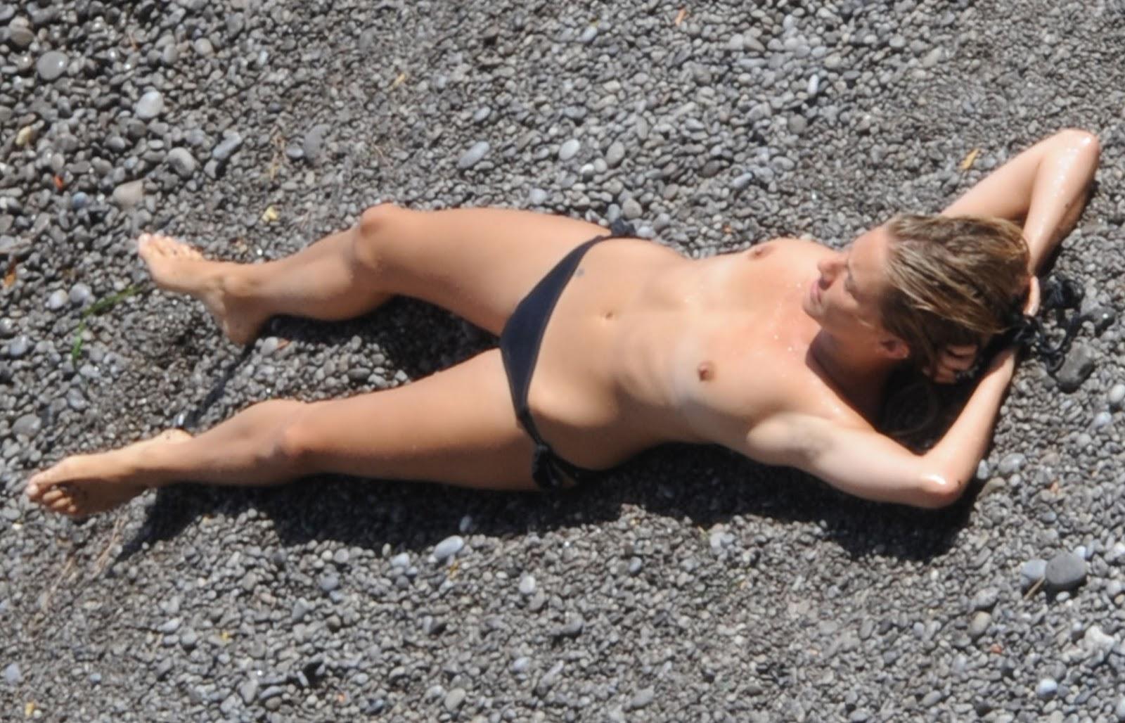 http://1.bp.blogspot.com/_pGTlBw_z2AM/TKhQDpsdDRI/AAAAAAAAAsA/jIyqyuEOvOQ/s1600/sienna-miller-topless--2-08.jpg
