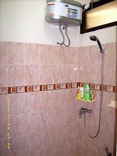 Untuk menyiasati kamar mandi yang kecil agar terkesan lebih luas, anda