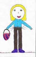 Es un dibujo, es una niña de pelo rubio con camisa azul, pantalones marrones y botas azul oscuro. En la mano derecha lleva una cesta de dos colores
