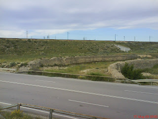 Antigüo cauce del Canal Imperial de Aragón crotado por la carretera a Torrecilla de Valmadrid