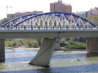 puente de hierro azul y blanco del pilar Zaragoza