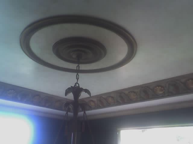 techo con cornisa y roseton en yeso