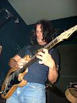 Nuestro sonidista, nuestro amigo, con Ustedes... Rolo Casas y su guitarra...