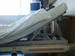 写真: 上半身を30度起こした状態のベッド