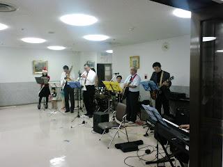写真: 病院職員によるコンサートでの演奏の様子。