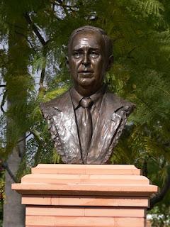 Busto de Odon Betanzos en la Plaza del Llano de Rociana del Condao