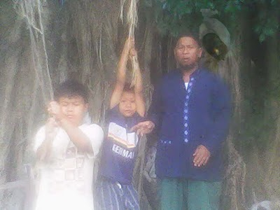 za sendiri pocongnya nangkring di blakang Bapak berbaju biru, foto ...