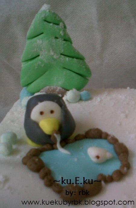 kalo yg ini si anak penguin lg serius bikin snowman :D