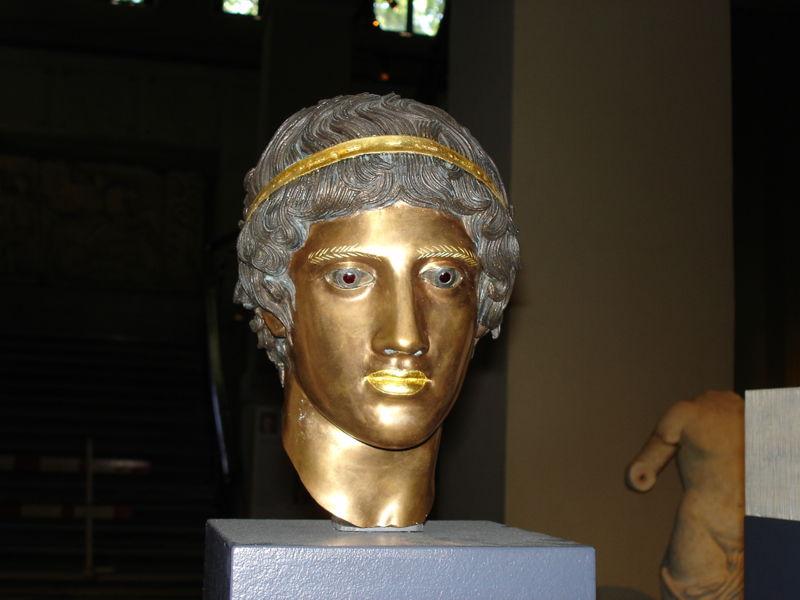 [800px-Istanbul_-_Museo_archeologico_-_Mostra_sul_colore_nell]
