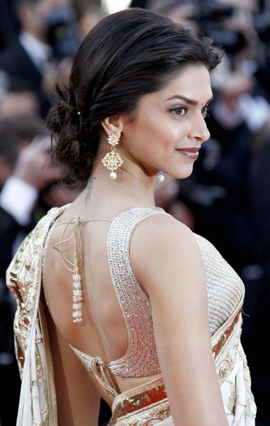 Bollywood actresses exposing back - Aishwarya Rai and Deepika Padukone