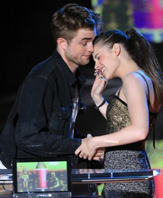 pics of kristen stewart and robert pattinson kissing. Kristen Stewart and Robert