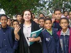 La maîtresse de français avec sa classe : la 6ème A