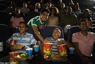10 Jenis Orang Paling Menyebalkan Di Dalam Bioskop