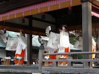 雅楽とともに4人の巫女や雅楽よる舞の儀式「祓神楽」が行われた