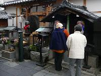 地蔵堂は左回りで歳の数だけ竹を持ち願をかける!